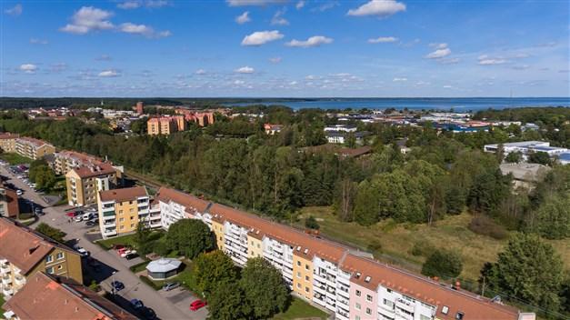 Områdesbild med Vänern i bakgrunden och centrum upp till vänster i bildkanten (till centrum är det ca 1,5 km)
