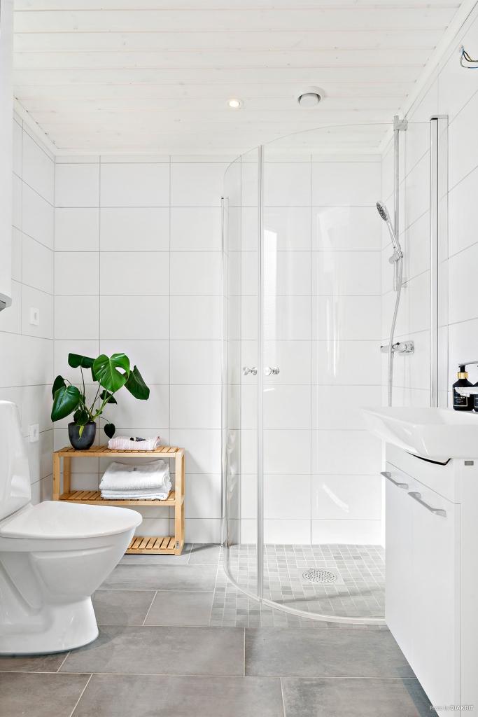 Grått klinker på golv och vitt kakel på väggarna. Elektrisk golvvärme. Utrustning: Dusch, WC, handfat med kommod spegelskåp, varmvattenberedare (Eminent). Tillval: Tvättmaskin, Torktumlare, duschvägg