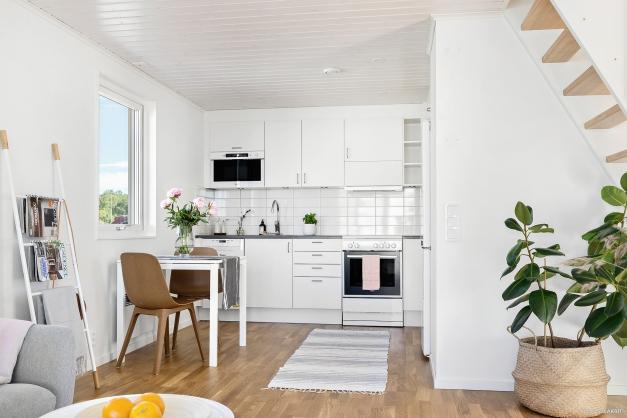 Standard är HTH-kök med vita luckor och kakel ovan arbetsbänk. Utrustning: Kyl/frys, fristående spis, fläkt, diskmaskin, microvågsugn från Whirlpool