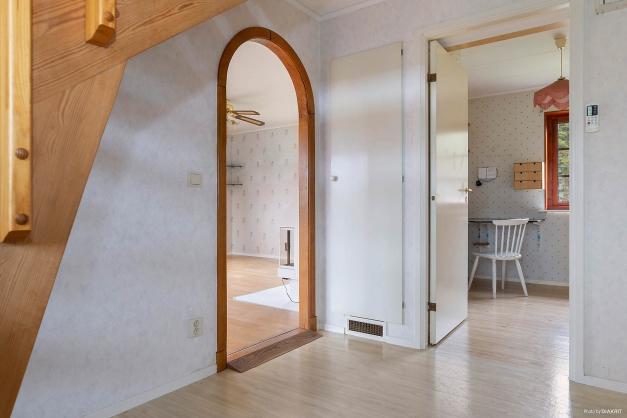 Hall med ingång till vardagsrum och kök