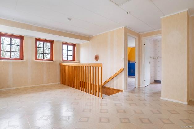 Stort allrum med fönsterpartier på övervåningen
