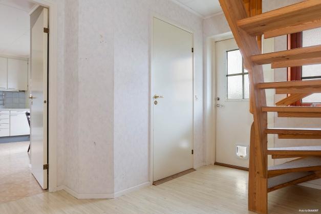 Hall med trappa upp till övervåning