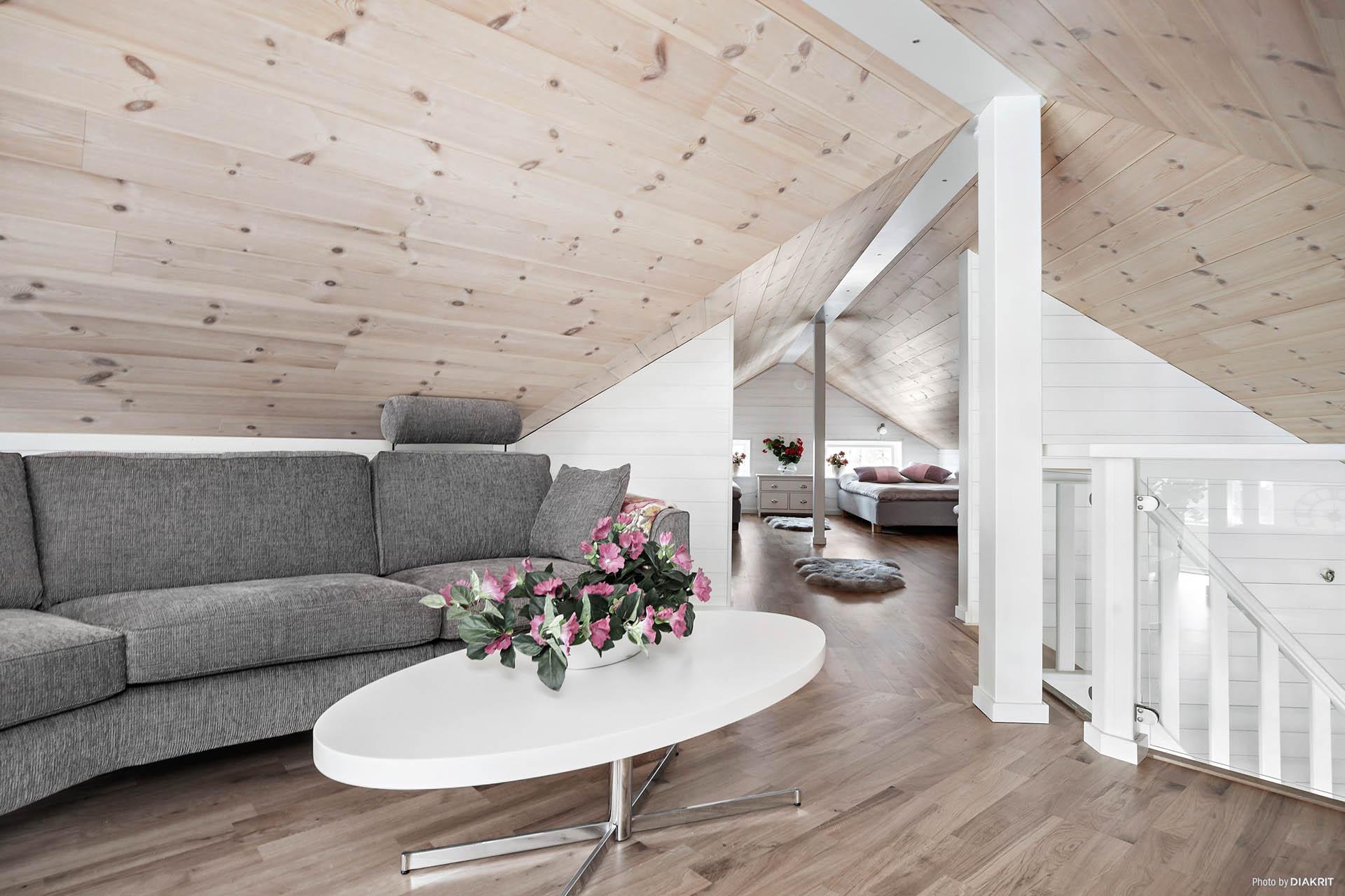 Allrummet mot trappan och sovdelen på loftet