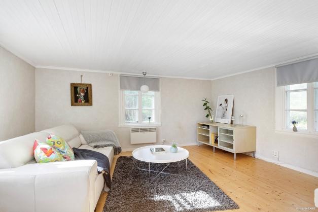 Vardagsrum med härlig rymd och vackert furugolv