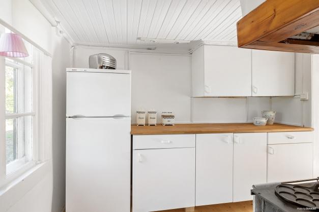 Skåpsförvaring, kombinerad kyl/frys samt vedspis (ej i bruk)