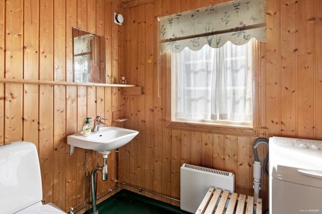 Badrum med dusch och tvätt