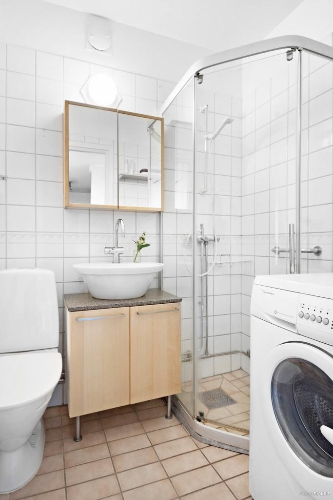 Badrum med plats för tvättmaskin.