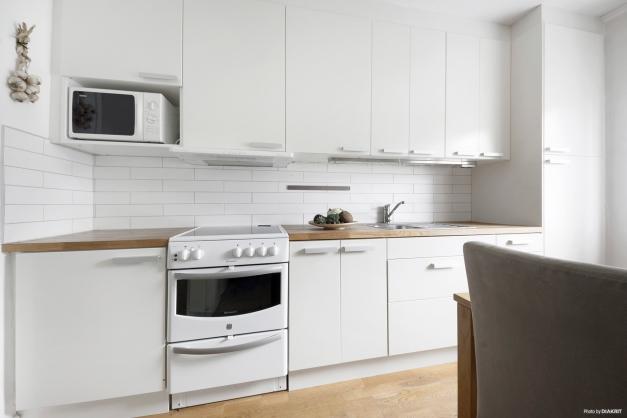 Ljust kök med gott om förvaring.