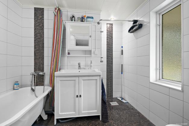 Helkaklat badrum med skön dubbel golvvärme