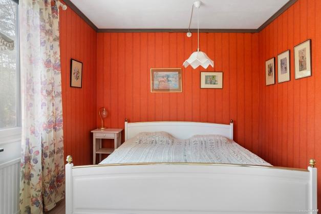 Sovrum med fönster mot skogsparti
