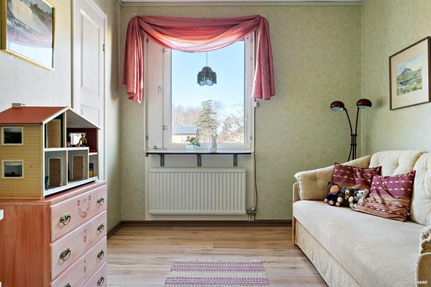 Sovrum med fönster mot innergården