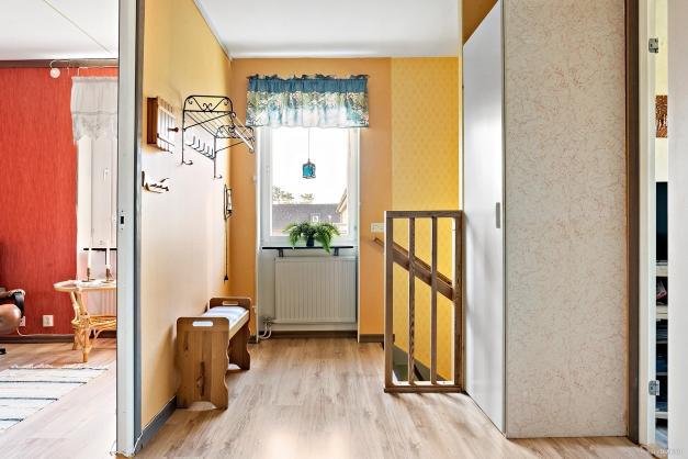 Hall med trappa ner till entrén