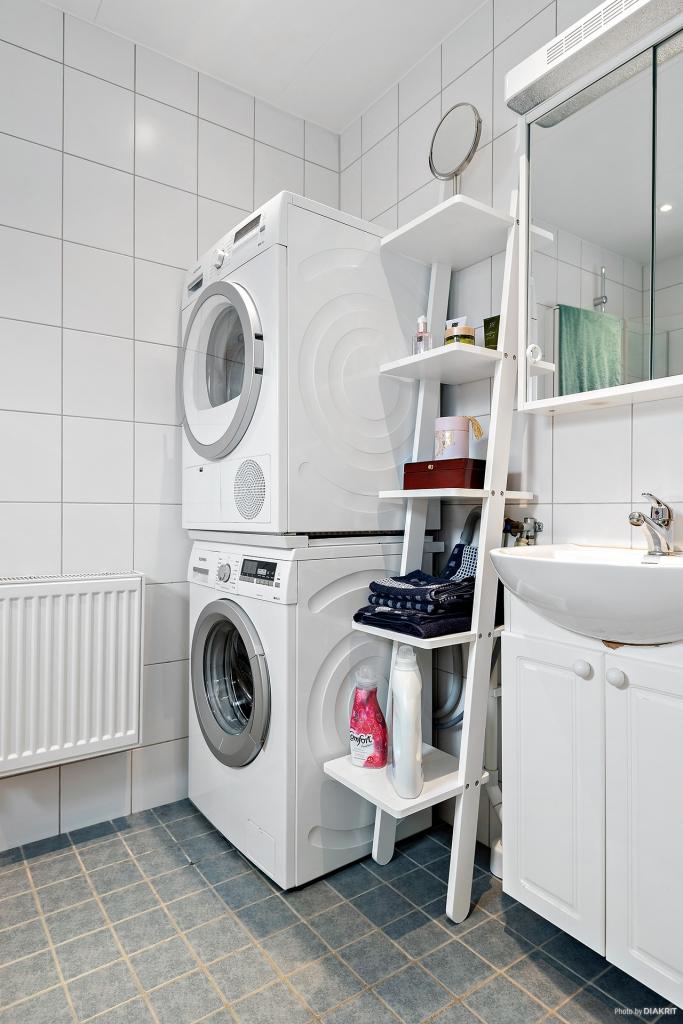 Fräscht badrum med tvättpelare.