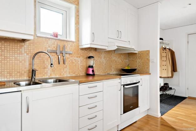 Ljus och stilren inredning i köket.