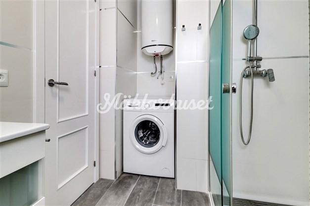 I  badrummet finns även tvättmaskin