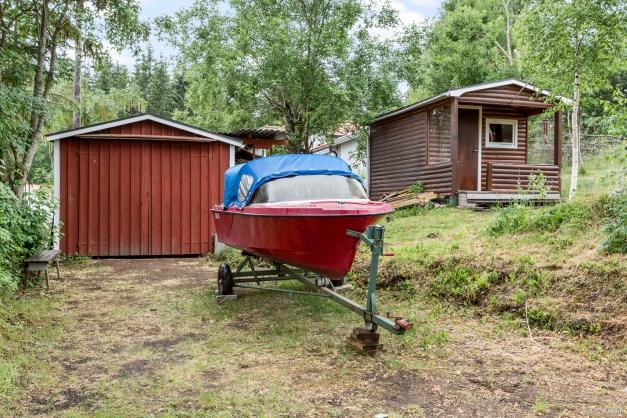 Garage, gäststuga och båt som kan köpas separat