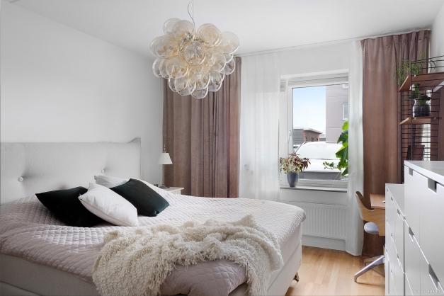 Sovrum med plats för dubbelsäng och sängbord, extra förvaring och arbetshörna om så önskas.