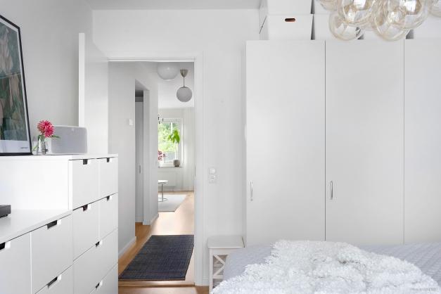 Sovrummet har praktisk förvaring via tre garderober.