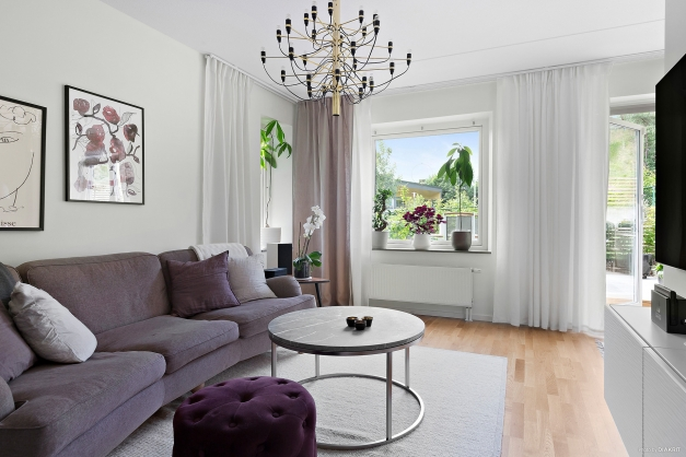 Ljust och trevligt vardagsrum med plats för soffgrupp och tv-möbel.