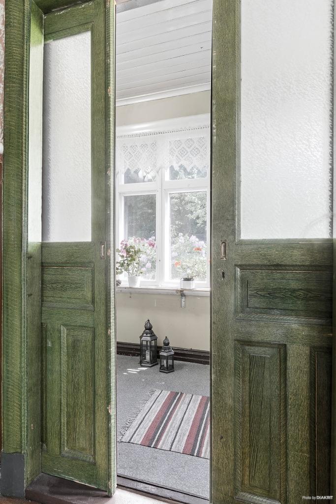 Pardörrar välkomnar er från verandan till hallen