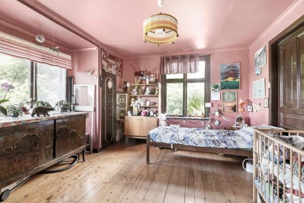 Sovrum 2, även det med trägolv, garderober och en underbar utsikt