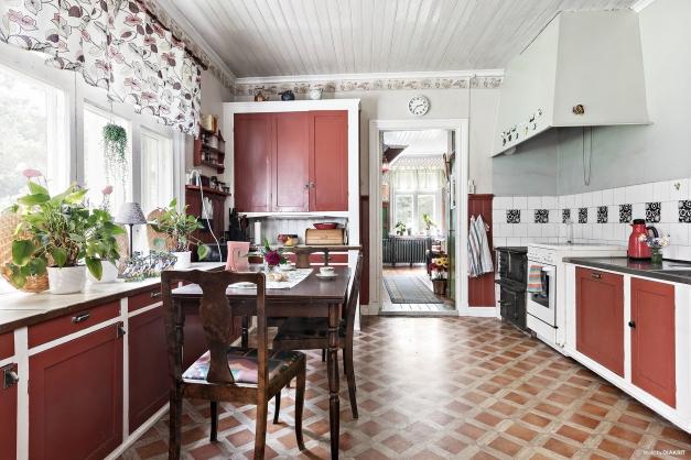 Det platsbyggda originalköket är bevarat