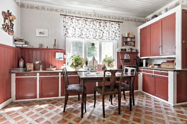 Platsbyggda skåp och det finns även stort skafferi i anslutning till köket
