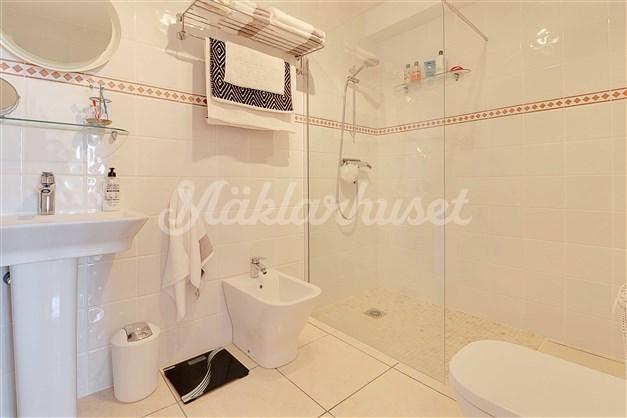 Nyrenoverat badrum i direkt anslutning till Sovrum 1.