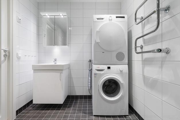 I duschrummet finns även tvättmaskin och torktumlare