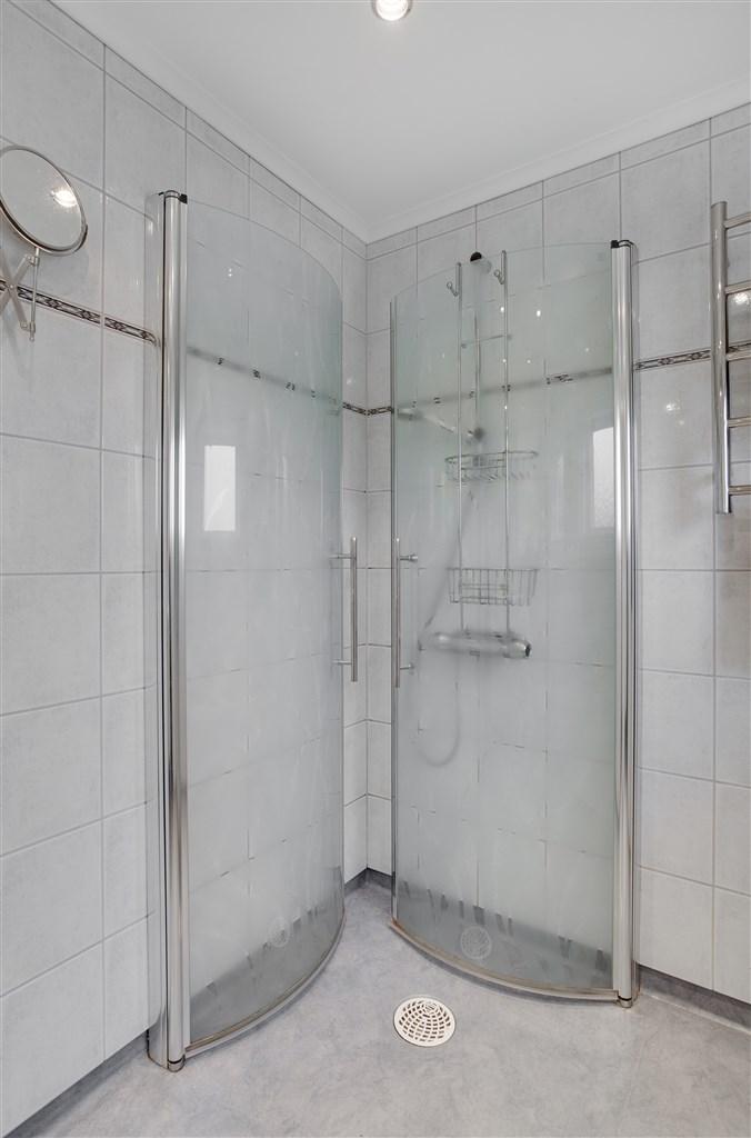Dusch med invikbara duschdörrar.