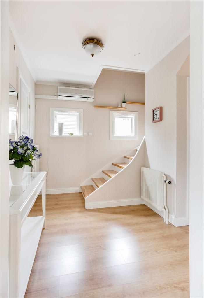 Hall med trapp till övervåningen.