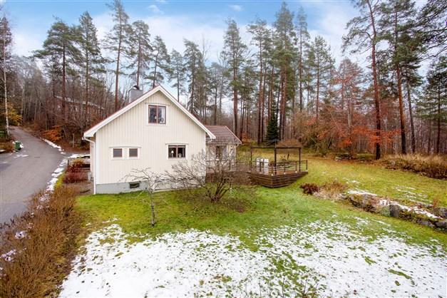 Huset gränsar mot fint grönområde.