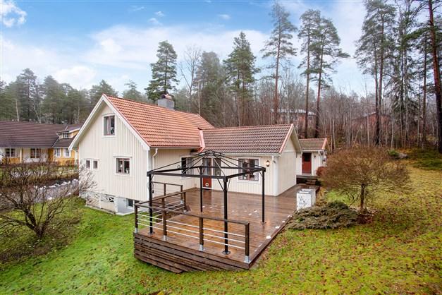 Välkommen till Tornvägen 4, en fin villa med bra läge intill grönområde och med fantastisk utsikt över stan!