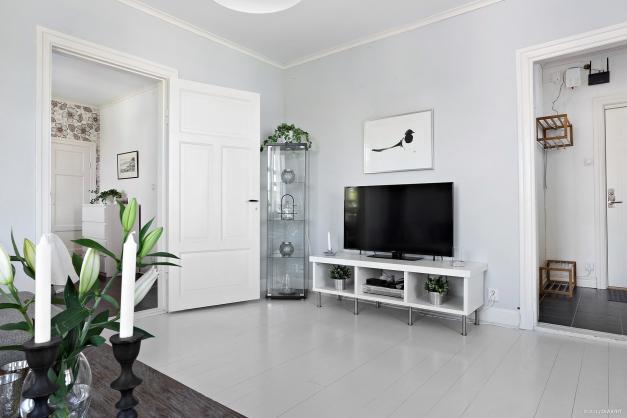 Rymligt vardagsrum mot hall och sovrum