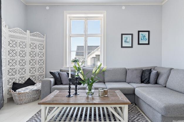 Vardagsrummet med fint ljusinsläpp från två håll