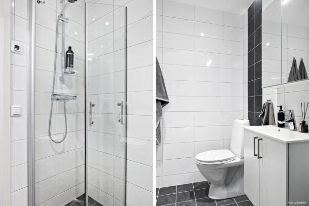 Det mindre, helkaklade badrummet är beläget i anslutning till hallen och är utrustat med handfat med kommod, wc, dusch och komfortvärme i golvet.