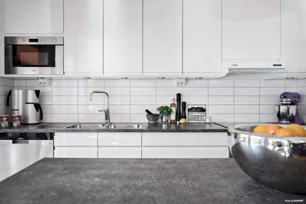 Tack vare den fina köksön finns här inte bara extra gott om arbetsyta utan även extra gott om förvaring.