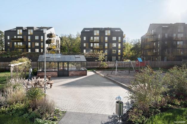 På föreningen mark finns förutom cykelställ och en byggnad med miljörum, lägenhetsförråd samt övernattningsrum även ett orangeri och en lekplats.