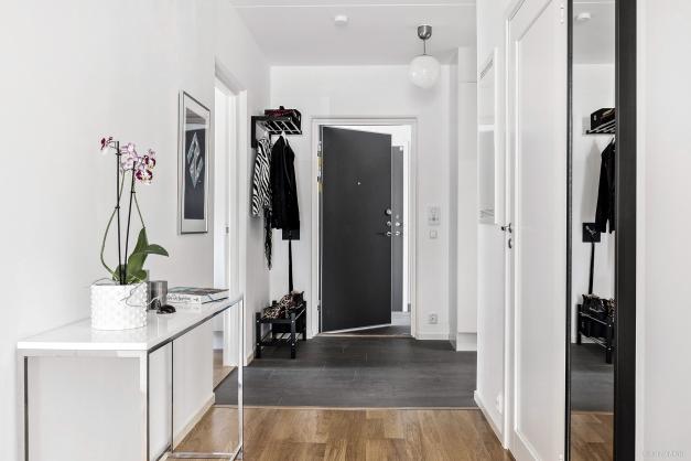 Rymlig och välkomnande hall med två garderober och två städskåp.