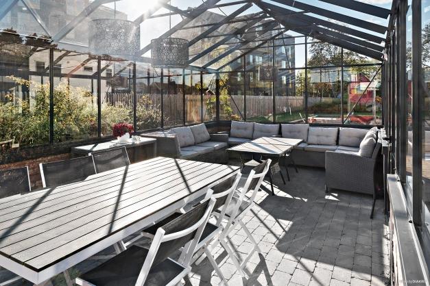 Stensatt på marken i orangeriet med flertalet sittplatser vid bord och i lounge-grupp. Perfekt att kunna låna om du ska ha många vänner över på besök.