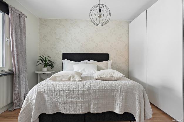 Sovrum med plats för dubbelsäng och bra förvaring i skjutdörrsgarderob.