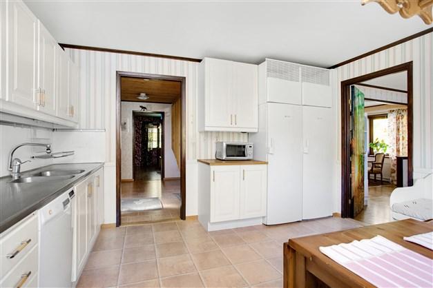 Till köket finns ingång från hall och även öppning mot matrummet.