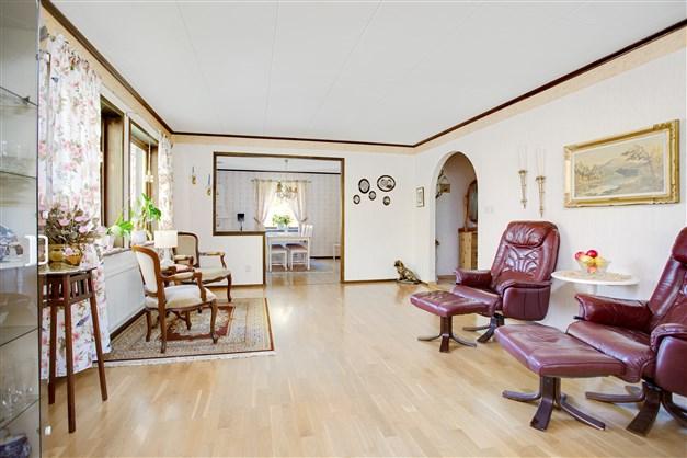 Vardagsrum med portal från hall och större öppning mot matrum.