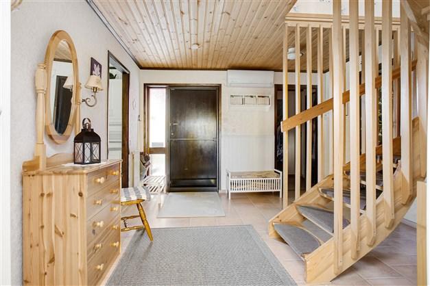 Välkommen in, stor rymlig hall med trappa till övervåningen.