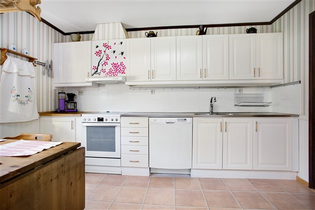 Ljus och fräscht kök med vit inredning.