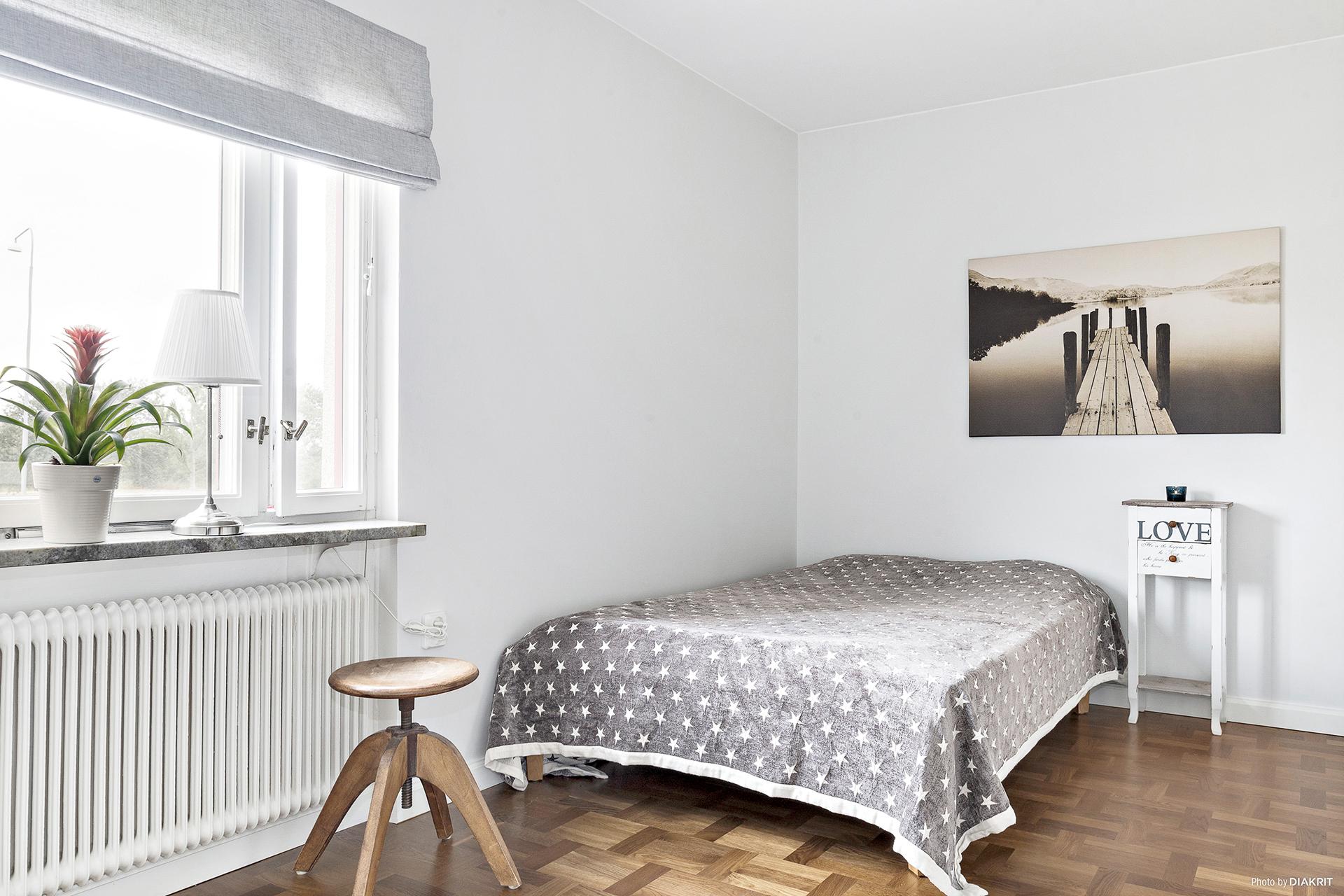 Sovrum 2 med 3 garderober