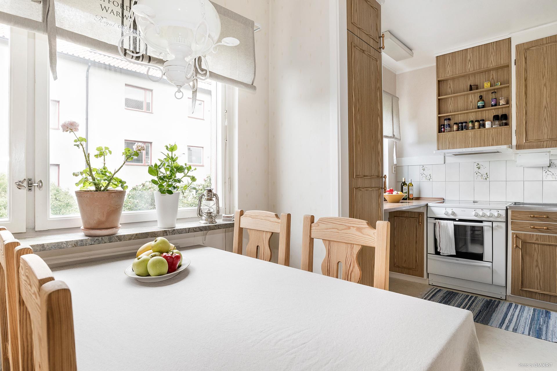 Matplats i kök intill fönster