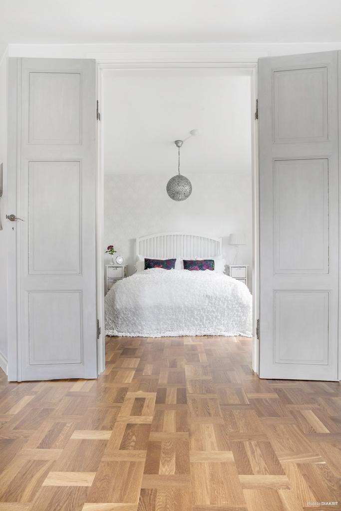 Sovrum 1 med vackra pardörrar