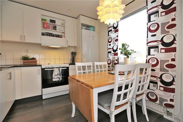 Kök med plats för matbord om fyra personer