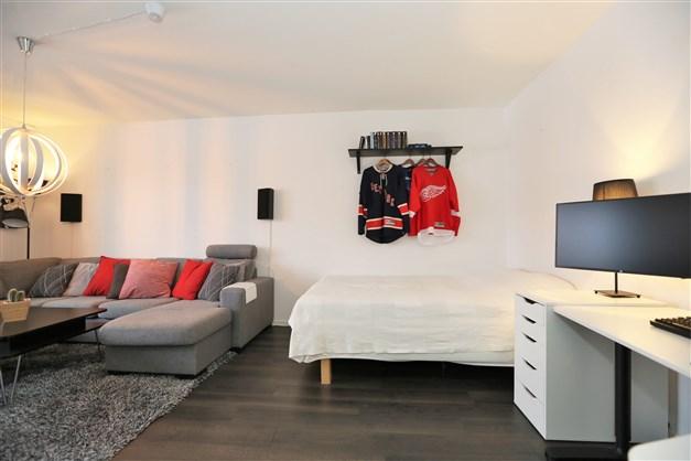 Ljust allrum med plats för stora möbler.